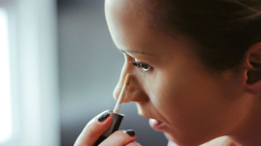 Apply a little concealer in the area of the dark circles and to hide any imperfections.
