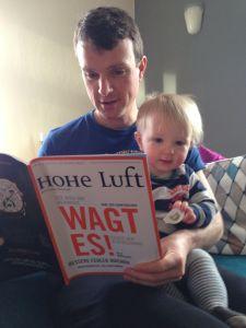 Unser stellvertretender Chefredakteur Tobias Hürter mit seinem Sohn (früh übt sich!)