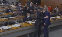 Senadores Renan e Jorginho batem boca na CPI e são contidos fisicamente pelos colegas: 'Vagabundo', 'picareta'