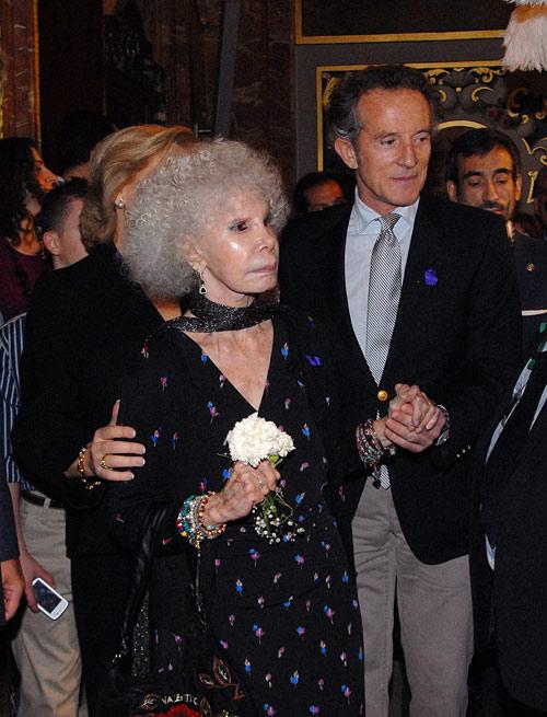 Sin soltarse de su mano, la Duquesa de Alba ha disfrutado con Alfonso Díez de la Semana Santa sevillana