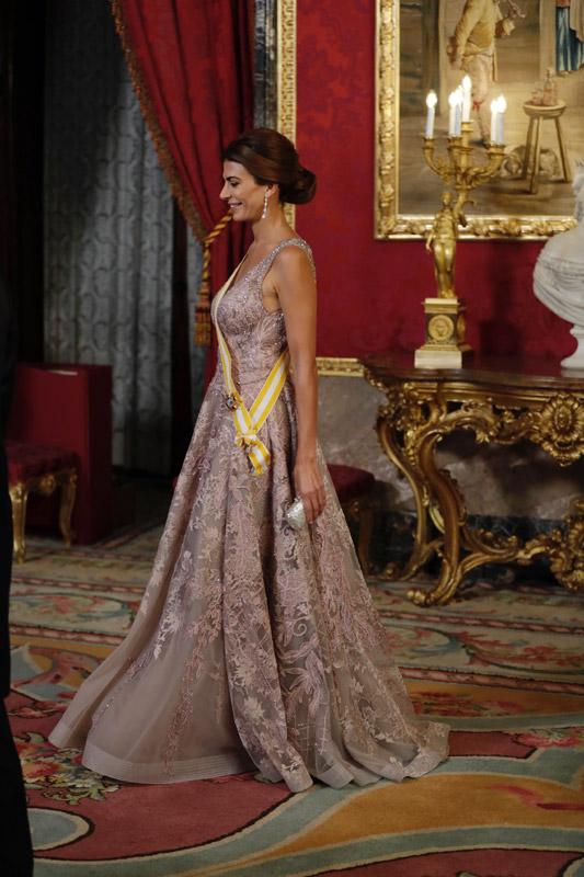 En vdeo as se cre el vestido de gala de Juliana Awada con guio espaol