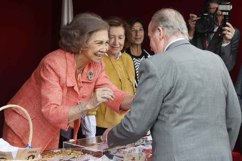 El carioso beso del rey Juan Carlos y la reina Sofa en