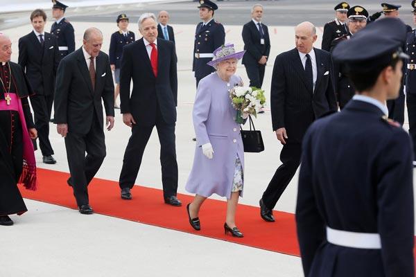 La reina Isabel llega a Roma para reunirse por primera vez con el papa Francisco en el Vaticano