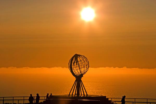 Verano bajo el sol de medianoche en la costa de Noruega