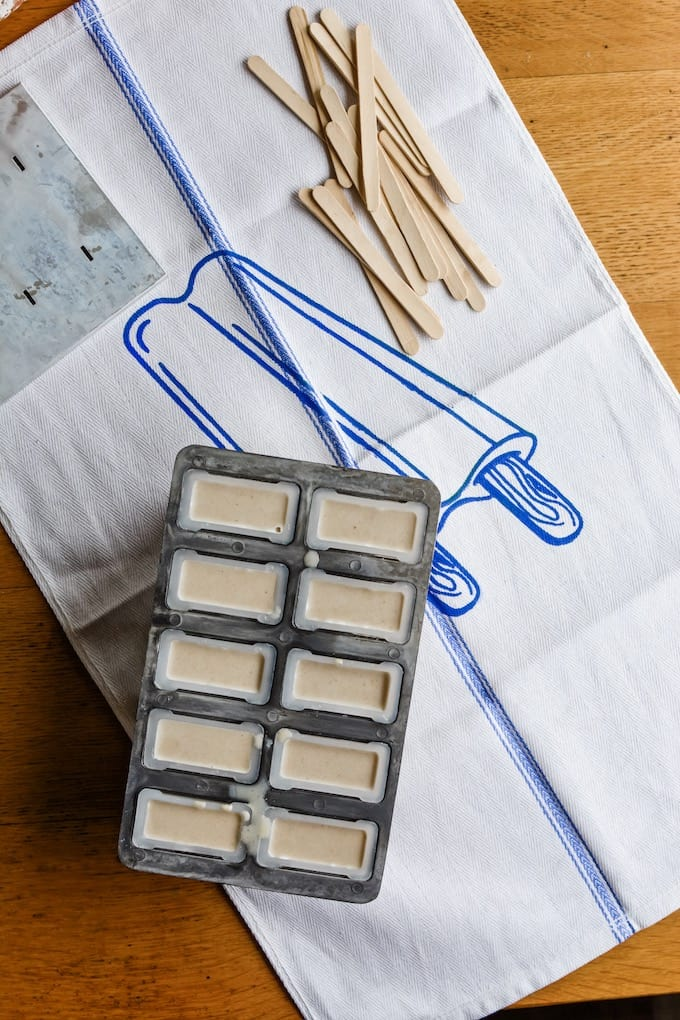 It's Paleta Week! These White Russian Horchata Popsicles are for everyone who loves cinnamon, coffee liqueur, and boozy, creamy frozen treats that taste delicious. #popsicles #horchata #whiterussian #boozypopsicles #holajalapeno #paletaweek