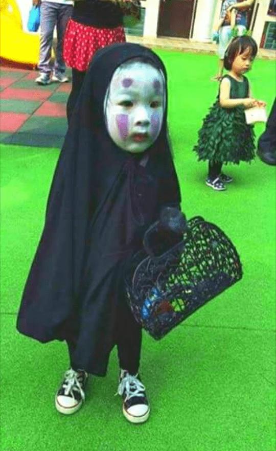 Niña vestida del personaje Sin cara de El viaje de Chihiro