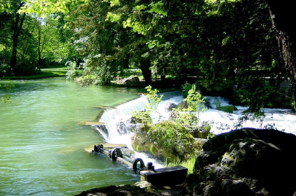 """Bild """"Der Wasserfall Im Englischen Garten"""" Zu Englischer Garten In"""