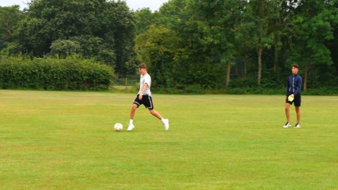 Ragazzo che gioca a calcio in Inghilterra