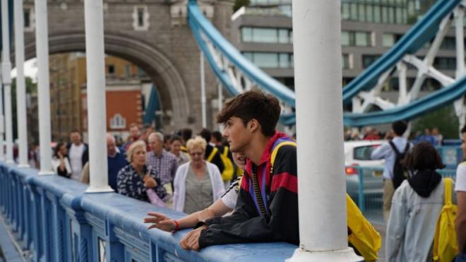 Ragazzo guarda dal London Bridge