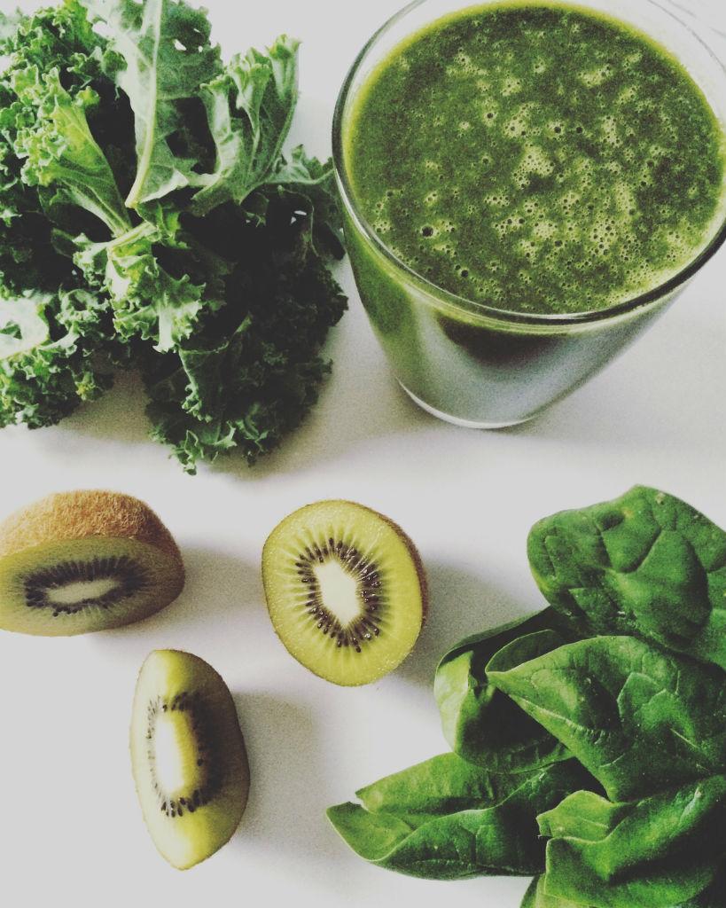 Grüner Smoothie mit Grünkohl, Kiwi, Spinat