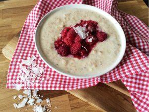 Hafer Porridge mit heissen Himbeeren