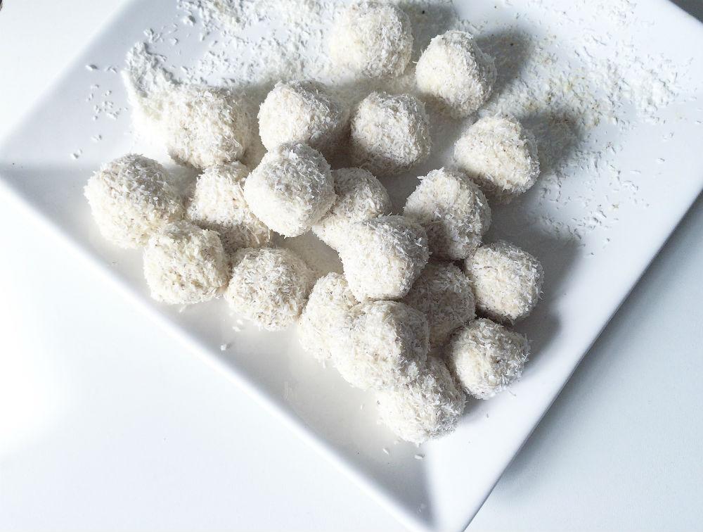 Proteinreiche Low Carb Kokos Bällchen