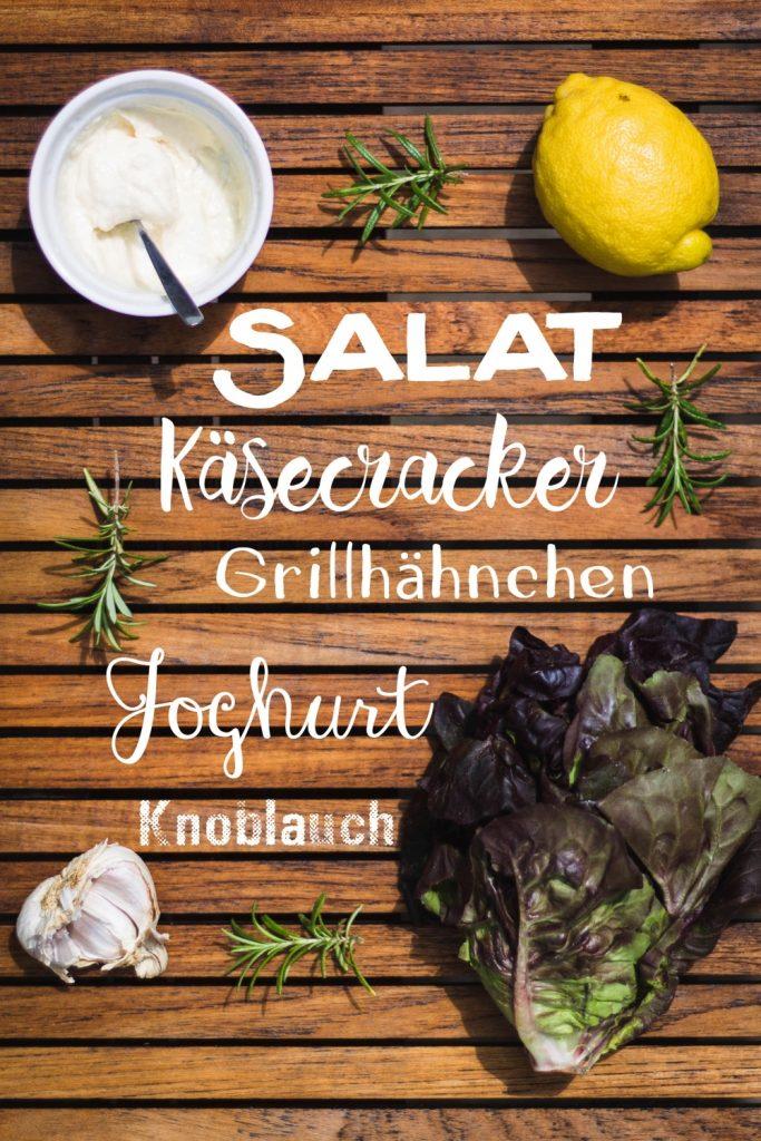 Salat mit Käse-Crackern, gegrilltem Hähnchen und cremigem Knoblauch-Dressing