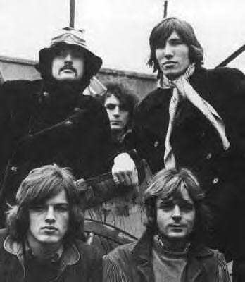 Syd quase se ofuscando atrás dos outros membros, essa foto dá calafrios...