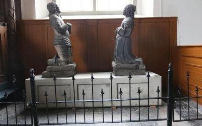 Ridderbeelden terug in Willibrorduskerk Holwerd