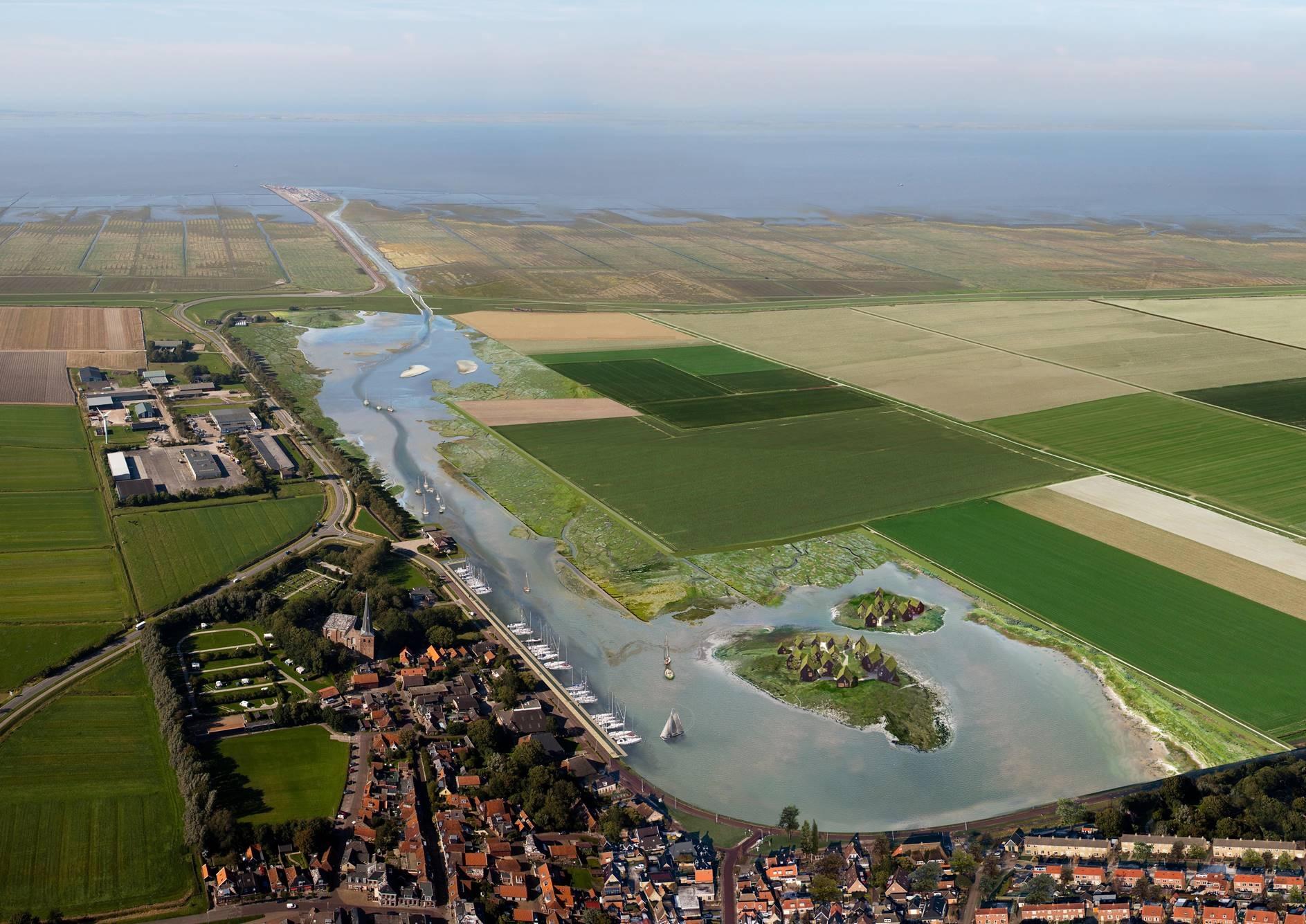 luchtfoto | Egmond aan Zee, strand met badgasten en dorp