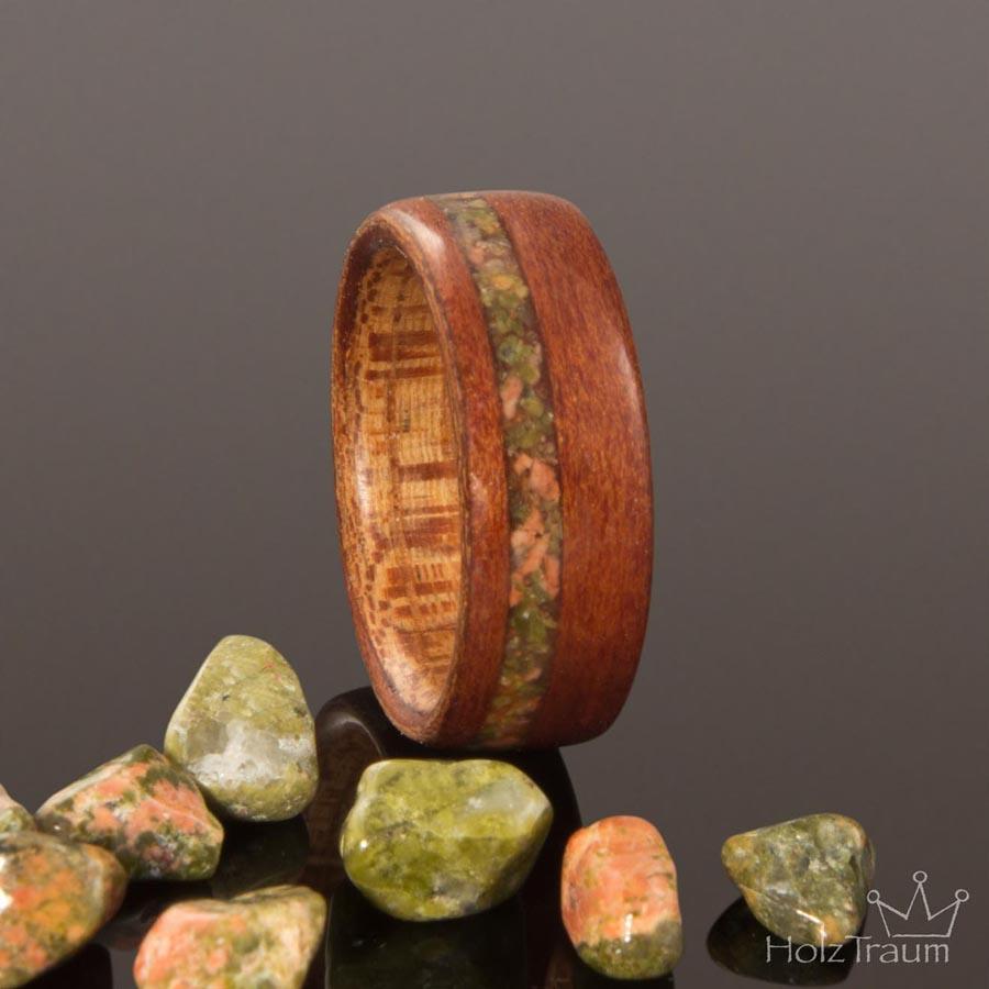 Holzring aus Apfelholz mit grünem Inlay
