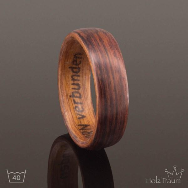 Holzring aus Rosenholz mit Gravur