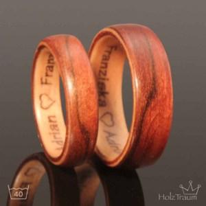 zweifarbige Holzringe mit Gravur