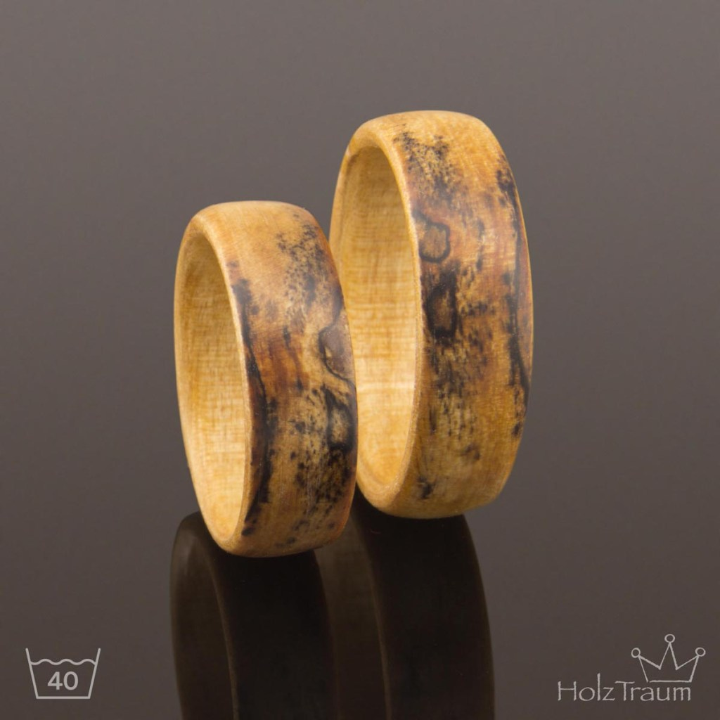 Verlobungsringe aus hellem Holz Buchenholz