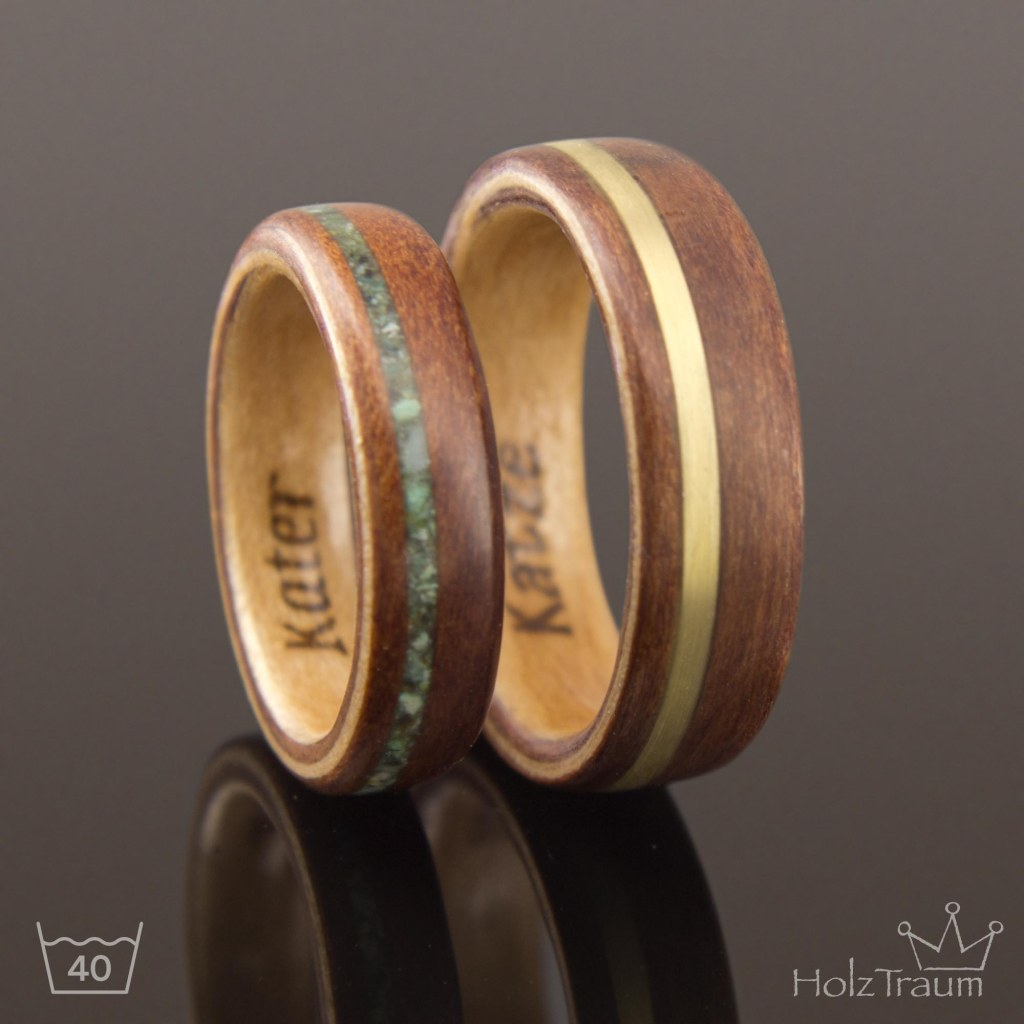 zwei zweifarbige Holzringe mit Inlay aus Türkis und Messing