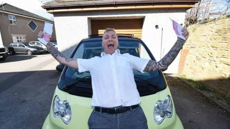 Tras 33 intentos este hombre se saca el carné de conducir