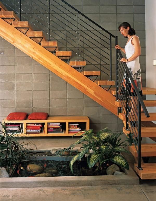 Habitar viveiro de peixes interior visto de rico escada de madeira