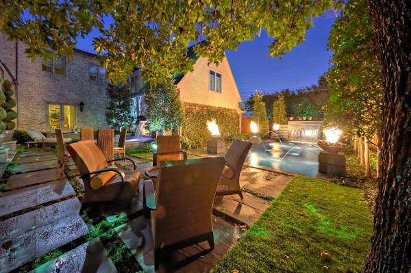 A iluminação pode fazer ou quebrar o ambiente de qualquer sala de estar ao ar livre, este é um local com iluminação quente em todos os lugares certos.