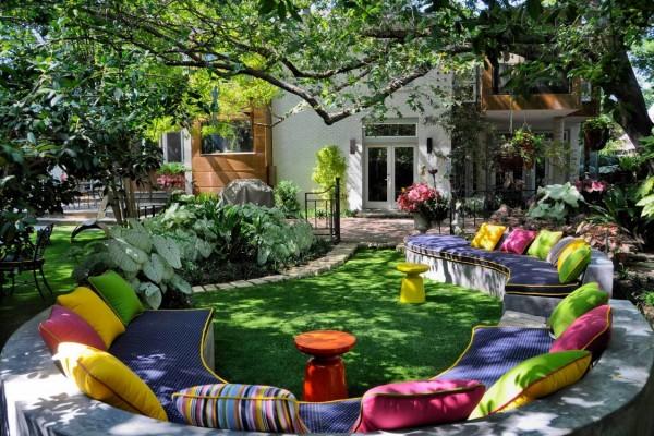 Cores vivas é a ordem do dia neste espaço de jardim incomum, com curva de estar banco-like cheio de têxteis brilhantemente-colorido e abundante atirar almofadas.