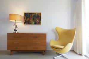 名作家具が飾る部屋:ヤコブセンのエッグチェア 黄〜緑〜青