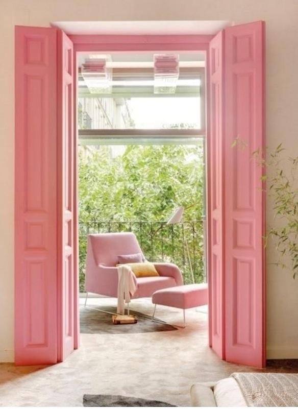 ピンクのドアでかわいらしく