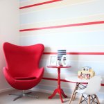 名作家具が飾る部屋:ヤコブセンのエッグチェア 赤〜紫