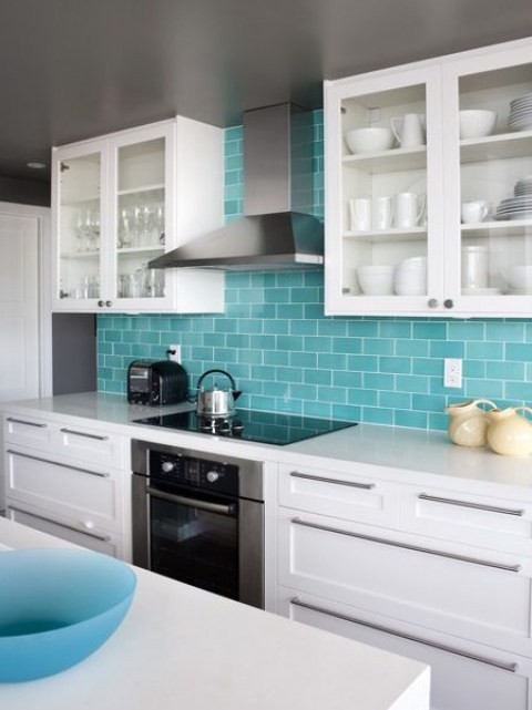 2016/2017 sees people moving away from your basic white and stainless steel sinks, and opting for colourful sinks that help bring a pop of colour to a neutral kitchen instead.