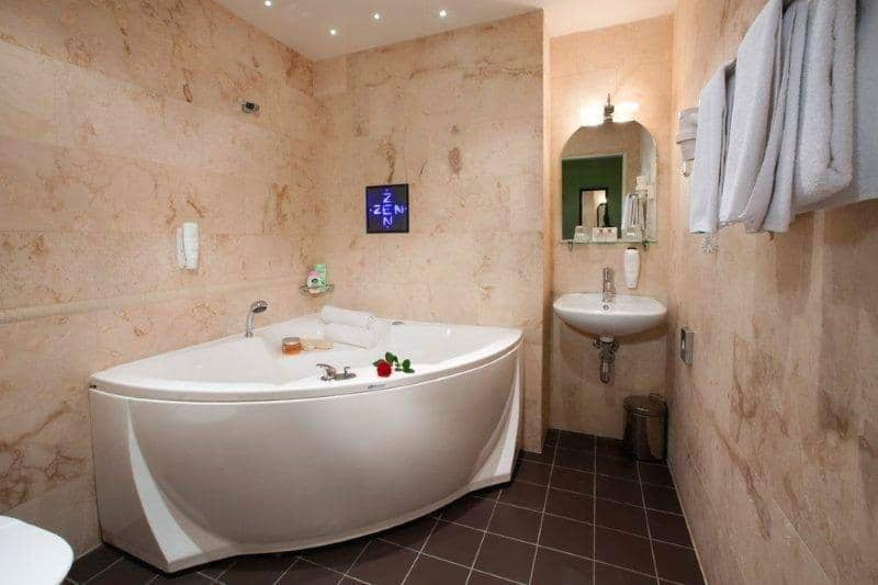 corner-bathroom-suites