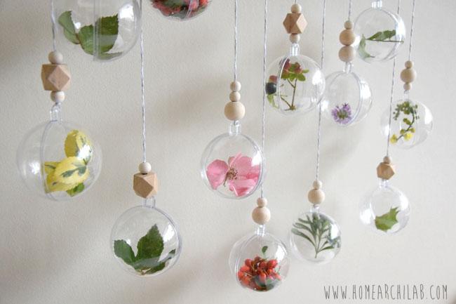 ADORNOS DE NAVIDAD CASEROS CON PLANTAS Una sencilla de decoración navideña DIY con bolas de Navidad transparentes