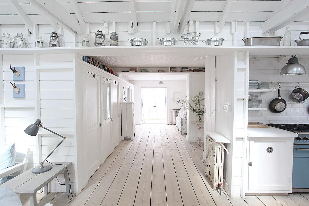 Frisse woonkamer van een super leuk wit strandhuis  HOMEASE
