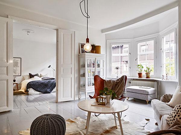 Slaapkamer met openslaande deuren naar woonkamer  HOMEASE