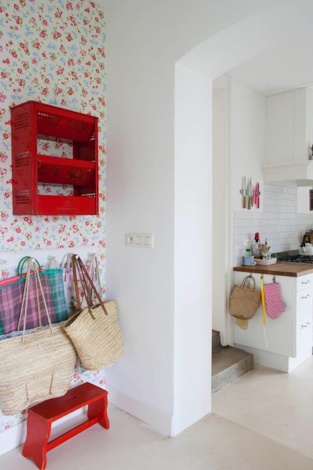 Vrolijke witte keuken van Yvonne  HOMEASE