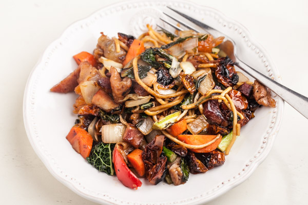 Lo mein with kale and vegetables