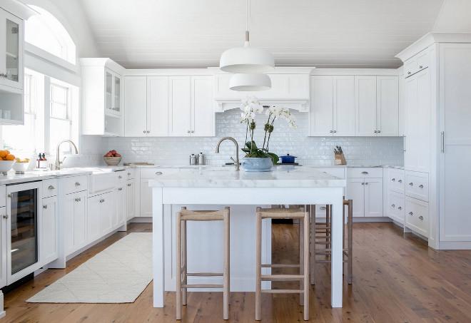 Crisp white kitchen paint color Benjamin Moore Decorator's White. Benjamin Moore Decorator's White. Benjamin Moore Decorator's White #BenjaminMooreDecoratorsWhite Chango & Co.