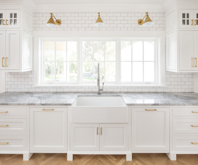 Modern Farmhouse Kitchen Subway Tile Modern Farmhouse Kitchen with subway tile and farmhouse sink The backsplash is a traditional white subway tile #ModernFarmhouseKitchen #SubwayTile