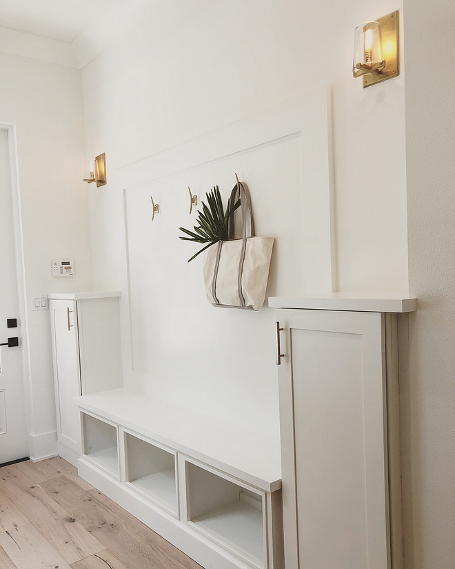 White mudroom Cabinet Paint Color Benjamin Moore Simply White White mudroom wainscotting White Mudroom cubbies White Mudroom #whitemudroom #mudroom #BenjaminMooreSimplywhite
