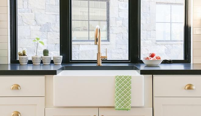 White farmhouse kitchen with black windows above sink and black granite countertop #Whitefarmhousekitchen #blackwindows