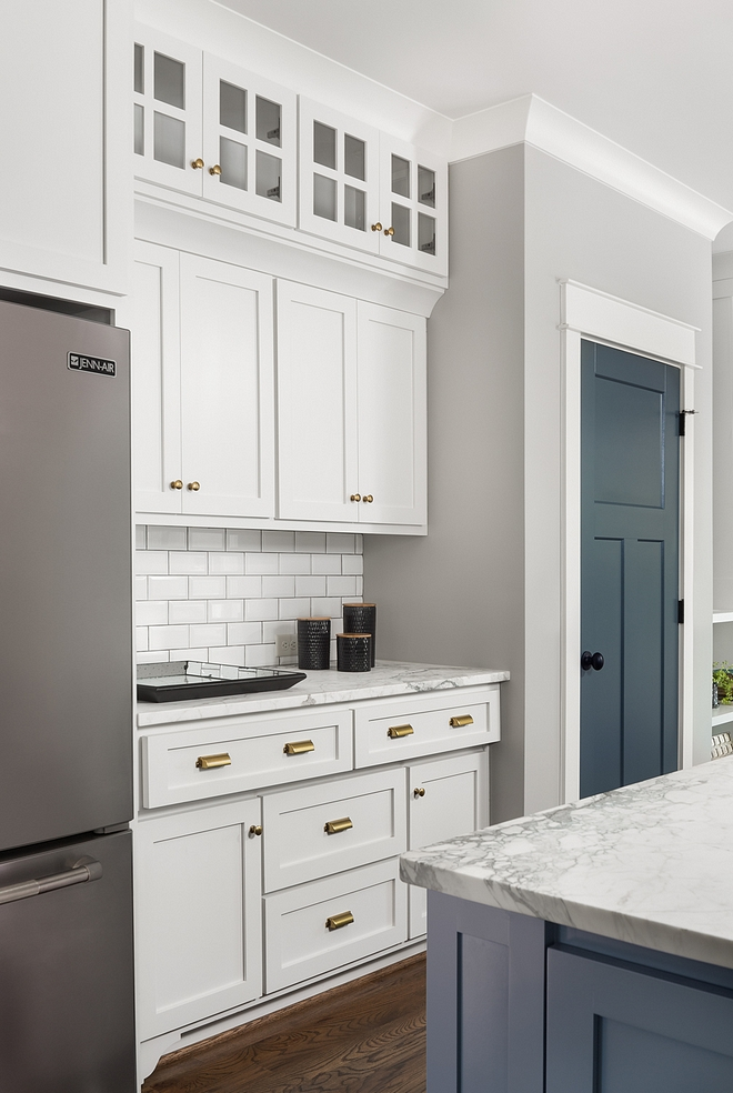 Kitchen features custom cabinets and with shaker style doors and drawers with soft close Kitchen Cabinet Kitchen Cabinetry #kitchen #cabinet #cabinetry #kitchencabinet #customcabinets #shakerstyle #shakerstyledoors #shakerstyledrawers #softclosecabinet