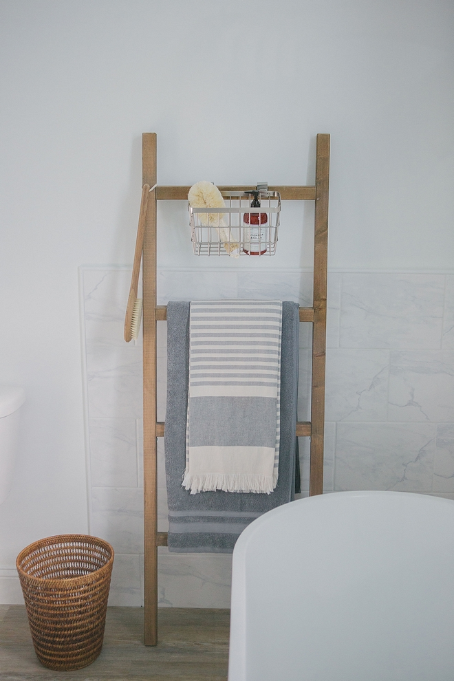 Blanket/towel ladders are a great way to add height and texture to a blank space and they add so much charm to a bathroom #blanketladder #ladder #bathroom