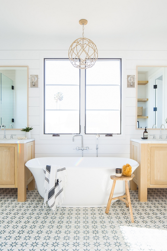 Tub between bathroom vanities I really like the layout of the vanities with the tub in the center Tub between bathroom vanities layout Tub between bathroom vanity ideas #Tubbetweenvanities #bathroomvanities