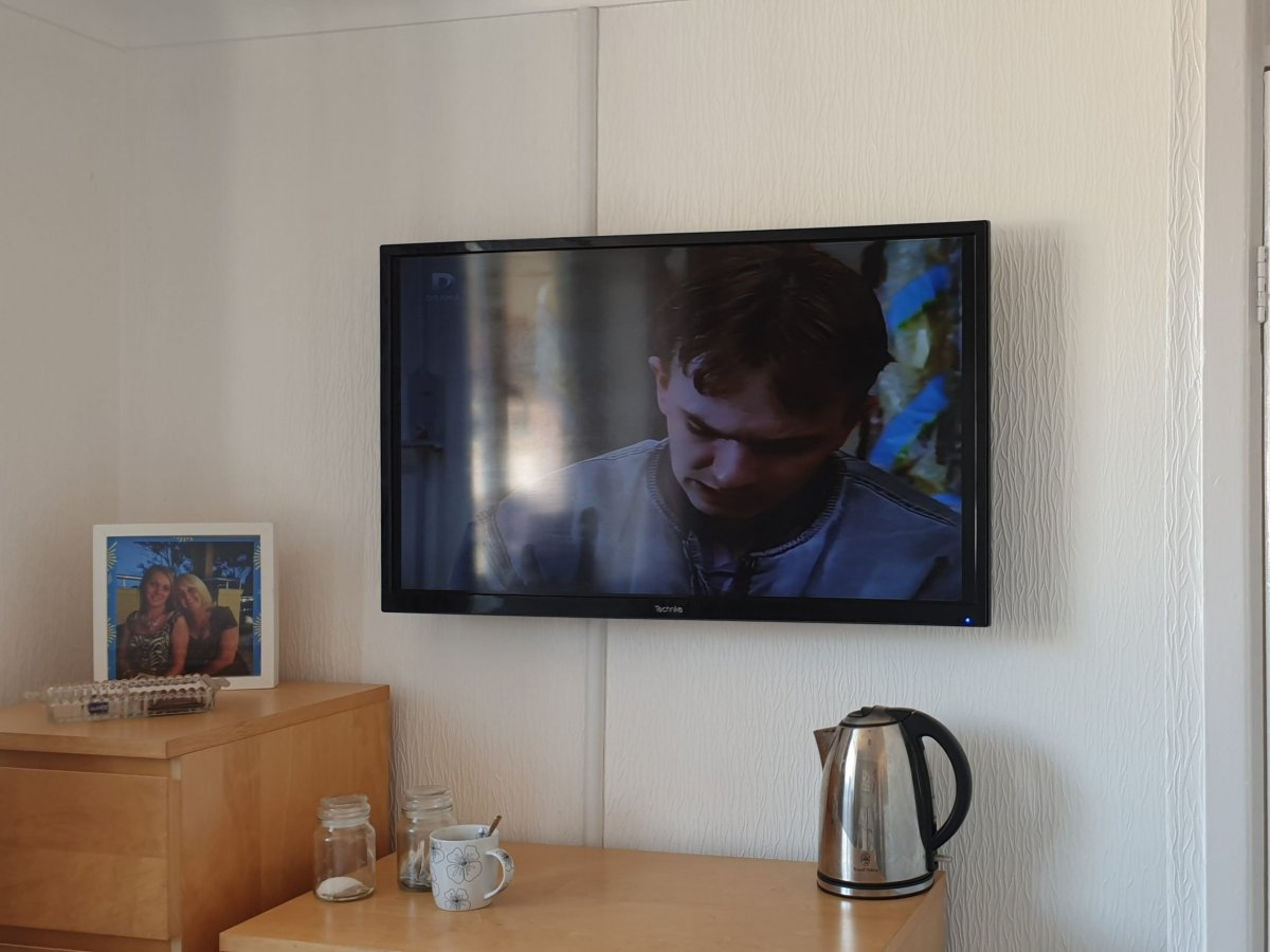 TV wall mounting with Dline trunking 6