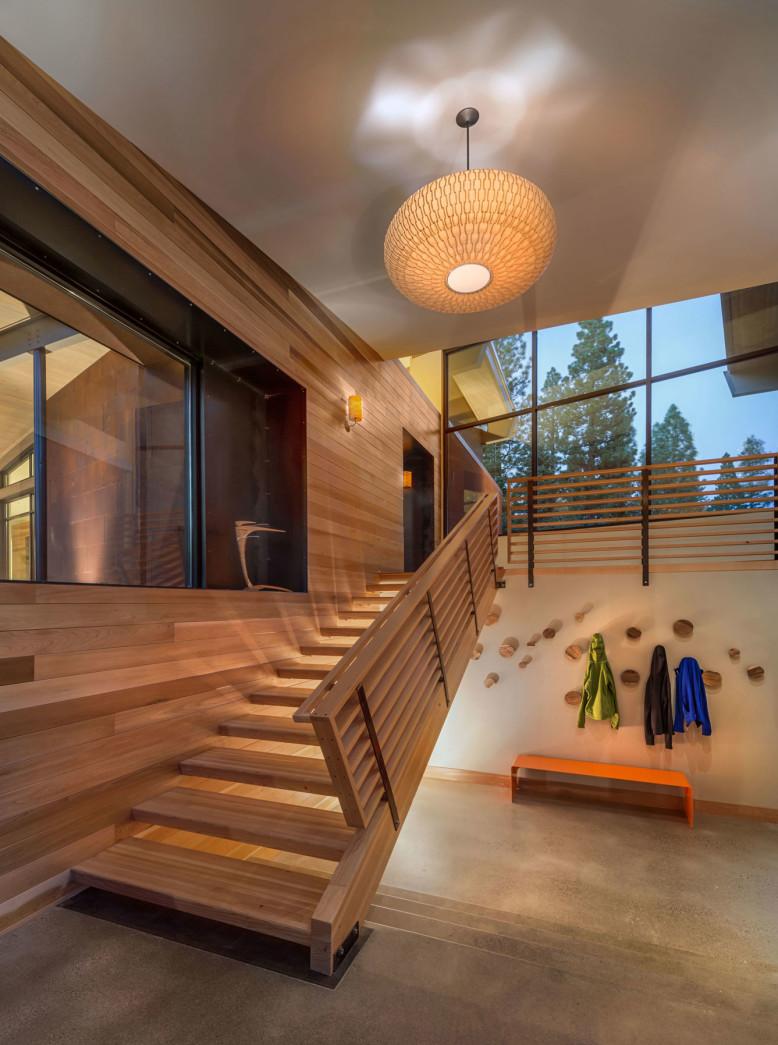Modern interpretation of a mountain home Flight House