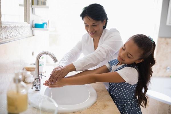 Manter as mãos sempre limpas usando água e sabão