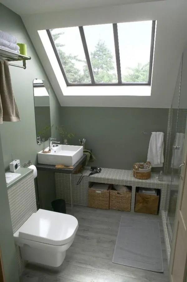 1 petite salle de bains amenagee sous les combles